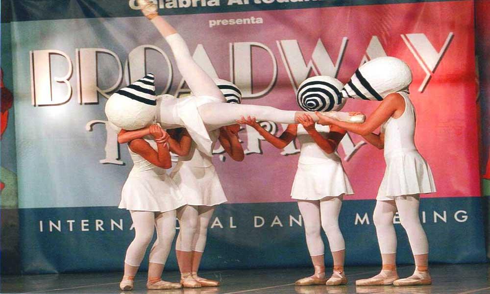 """2007 - Partecipazione delle allieve del 5° Corso all'International Dance Meeting organizzato da Calabria Arte Danza """"Broadway a Tropea"""". Esibizione al Galà Finale con la Coreografia """"Occhi di Bambino"""""""